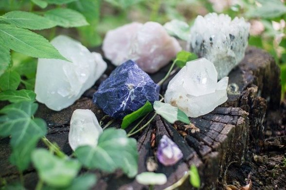 Alguns cristais para o amor, sobre um tronco, na natureza.